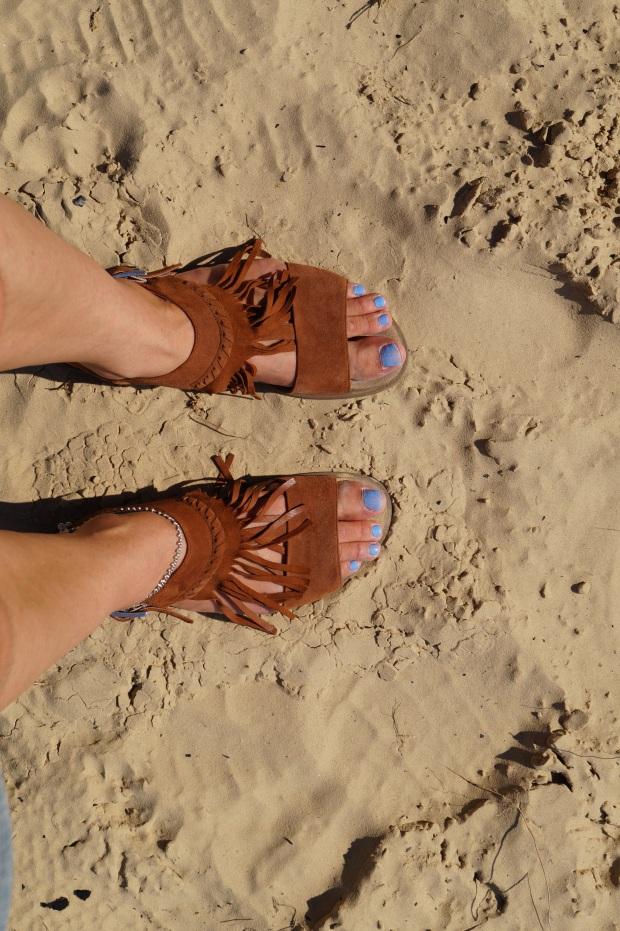 Füße im Sand mitten im Wald